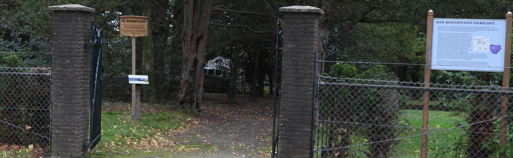 Ten zuiden van de Holterweg ter hoogte van de 'Samen op Weg Kerk' liggen twee begraafplaatsen. De eerste en oudste begraafplaats wordt begrensd door de Sworminksweg (westen), de Bloeminksweg (zuiden) en gemeenschapscentrum De Kuip (oosten). Honderd meter verder ligt, eveneens aan de Sworminksweg, de tweede begraafplaats. Deze nieuwe begraafplaats is nog volop in gebruik.