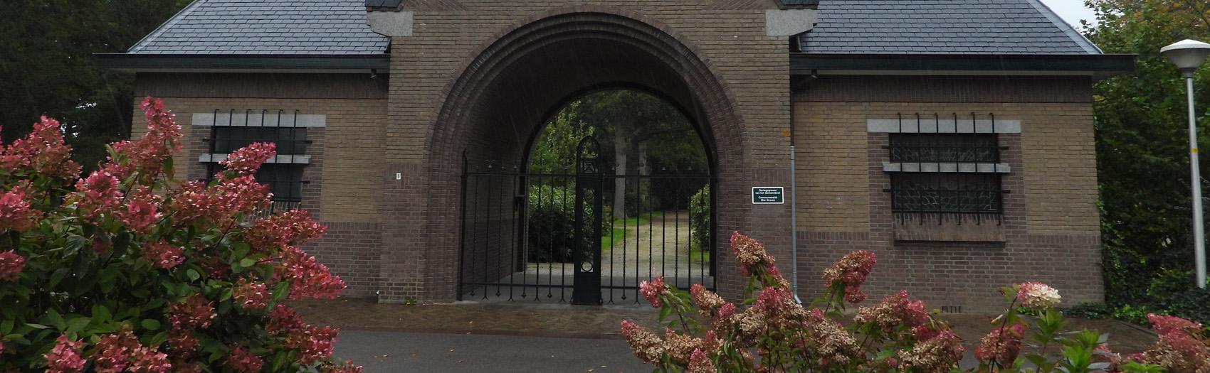 Begraafplaatsen Diepenveen In en rond het dorp Diepenveen zijn op meerdere plaatsen graven te vinden. De oudste graven liggen in en om de kerk. Tot 1870 werd op het Kerkplein begraven. Vanaf 1871 wordt op de Begraafplaats aan de Roeterdsweg begraven en vanaf 1975 is de Tjoenerhof als begraafplaats in gebruik. Op dit moment kan op de Roeterdsweg alleen nog in een reeds gekocht graf bijgezet worden.